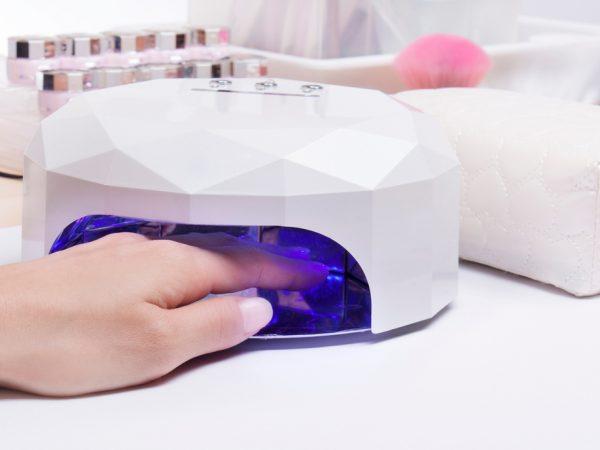 hand inuti uv-lampa för setting av gel