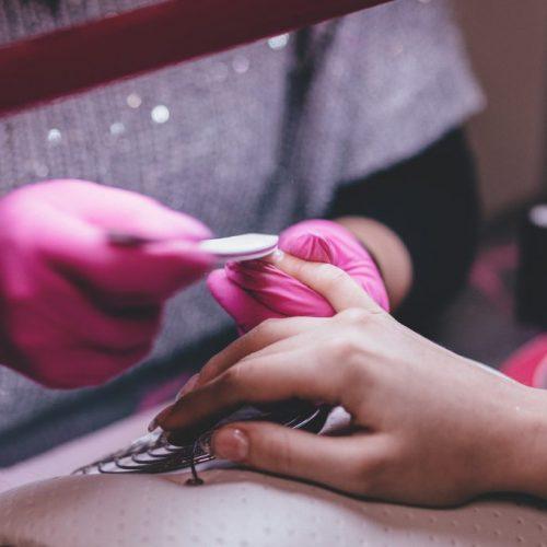 kvinna får naglarna filade på salong